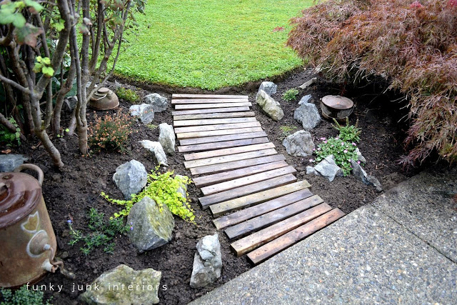 building-a-pallet-wood-garden-pathway-004